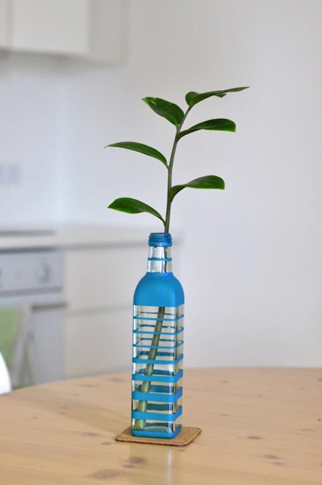 Botella pintada y reutilizada como jarrón